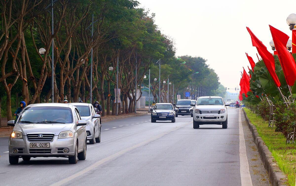 Đường Đoàn Khuê rộng 40m, dài 2km với 3 làn xe chạy mỗi bên, dải phân cách 2m được trang trí nhiều loại cây.