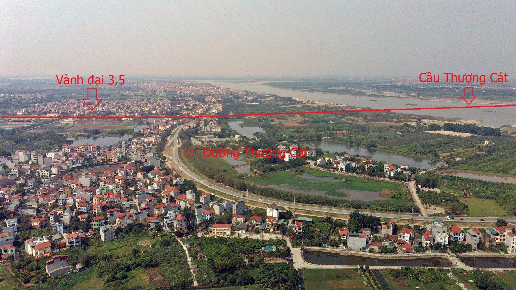 Cầu cắt qua đê Thượng Cát bắc qua sông Hồng.