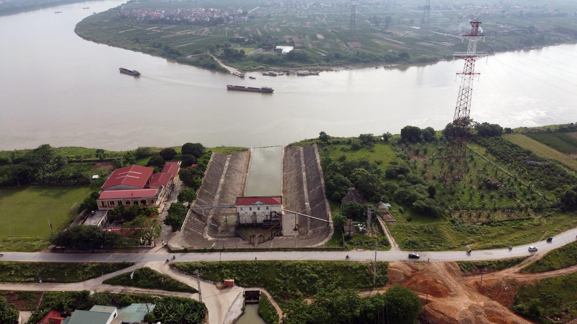 Cầu nằm giữa khu vực trạm bơm Hồng Vân và phà Mễ Sở tiếp nối lộ trình tuyến đường vành đai 4.