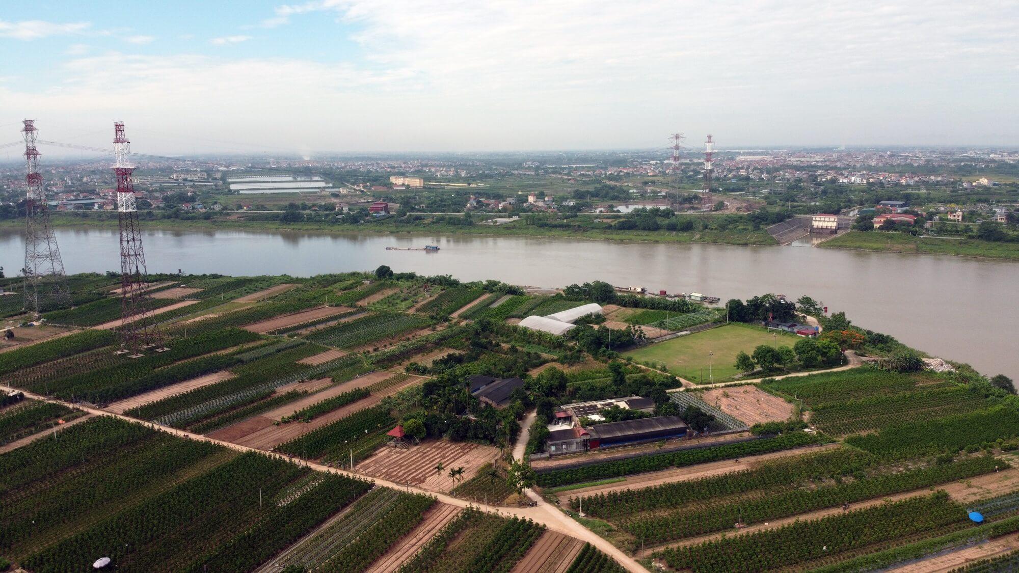 Đường dẫn lên cầu Mễ Sở chạy qua các xã Mễ Sở, Thắng Lợi thuộc huyện Văn Giang.