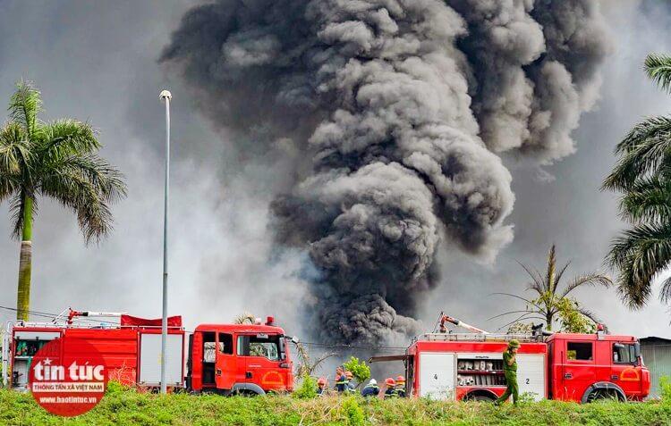 Đám khói đen độc hại bốc lên dữ dội.