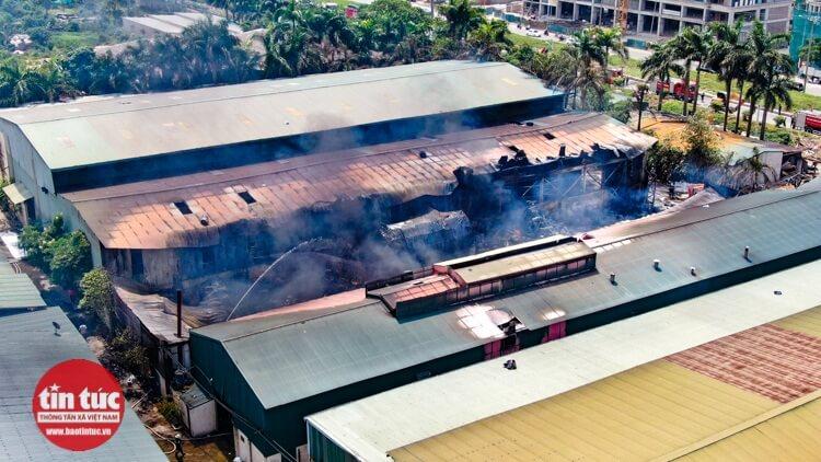 Vào lúc 10h30, đám cháy cơ bản đã được khống chế.