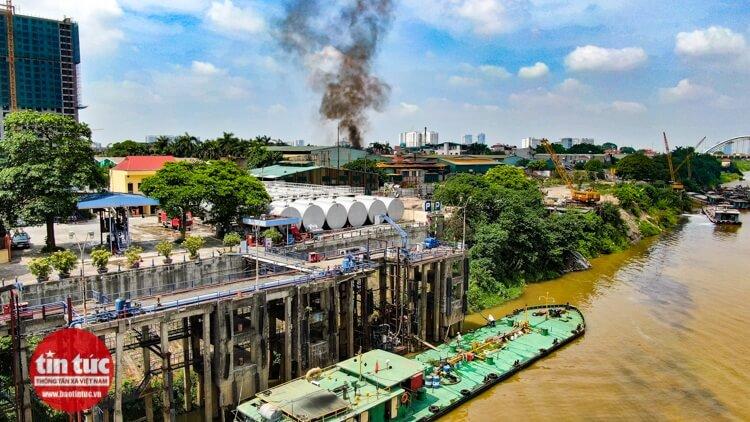 Kho hóa chất nằm ven đê sông Đuống.