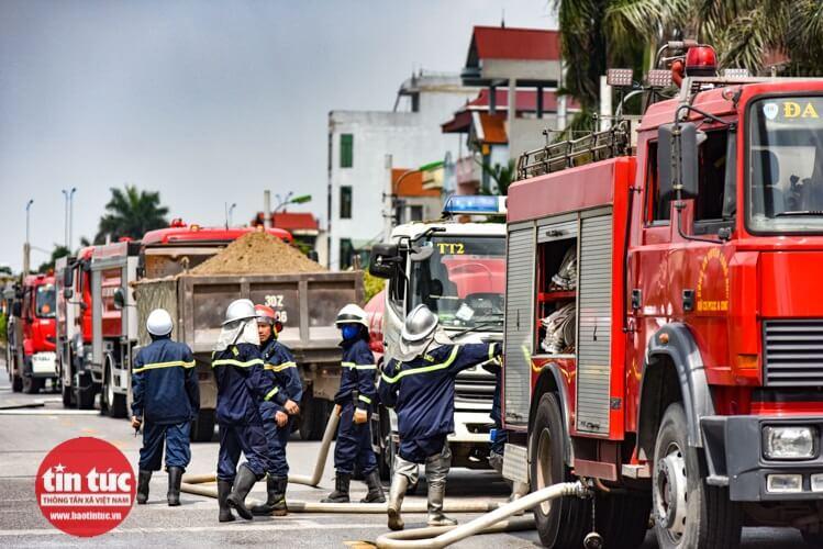Ngay lập tức xe cứu hỏa được huy động đến hiện trường vụ cháy.