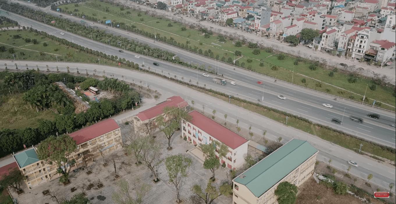 Dự án nằm trên trục đường từ sân bay Nội Bài đi qua cầu Nhật Tân vào trung tâm thành phố.