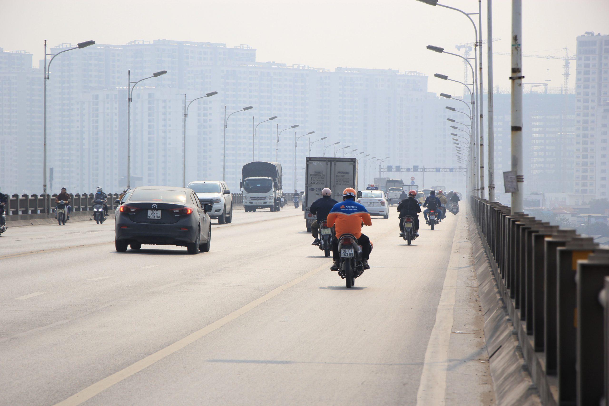 Cầu Vĩnh Tuy hiện nay không đáp ứng được hết lưu lượng giao thông trong ngày cao điểm.